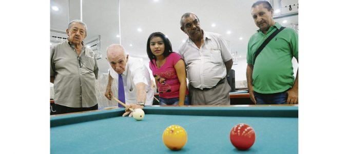 A sus 91 años, don Salva sigue 'dándole duro' al taco.